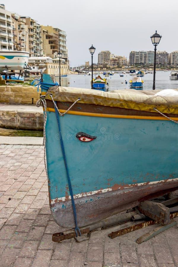 在一架小船舷梯的传统马尔他渔船在Spinola海湾,圣朱利安` s,马耳他 库存照片