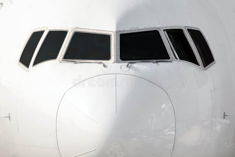 在一架白色大喷气机的看法的之外接近的前面 免版税库存照片