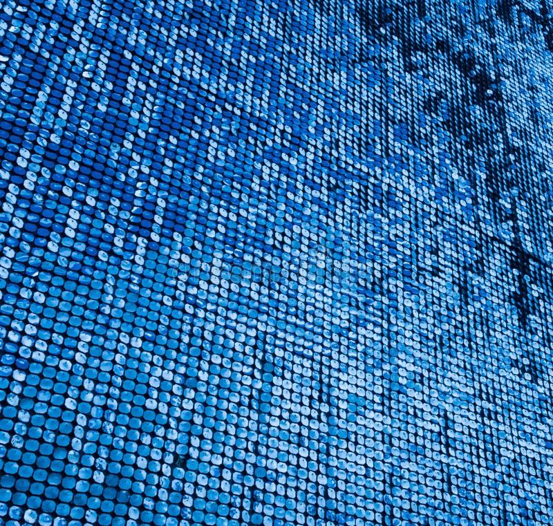 在一栋商业大楼上做壁板的蓝色标签 免版税图库摄影