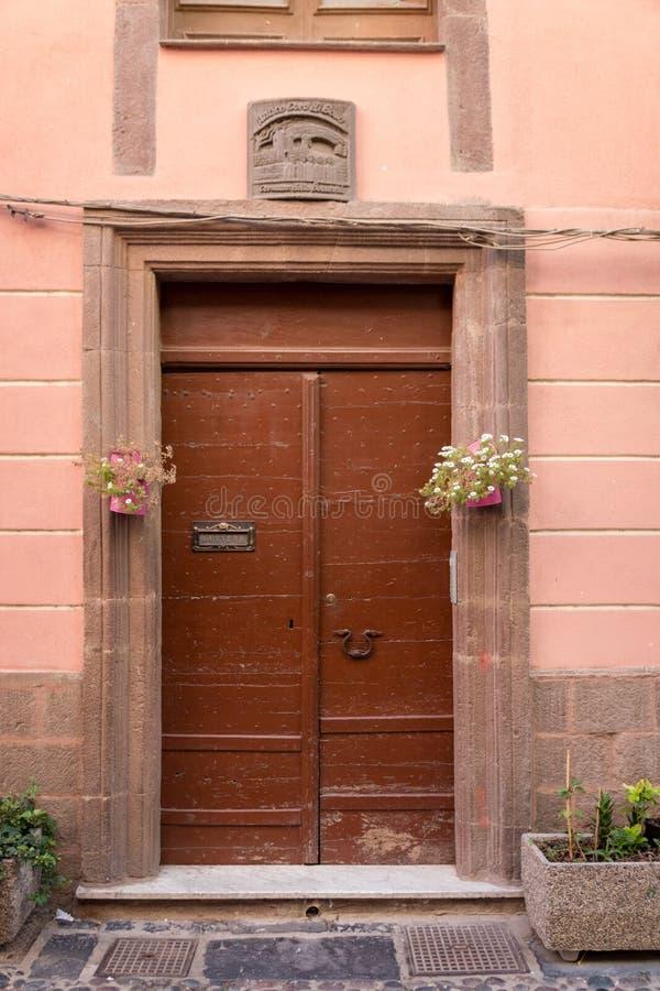 在一栋居民住房的布朗前门 免版税库存照片