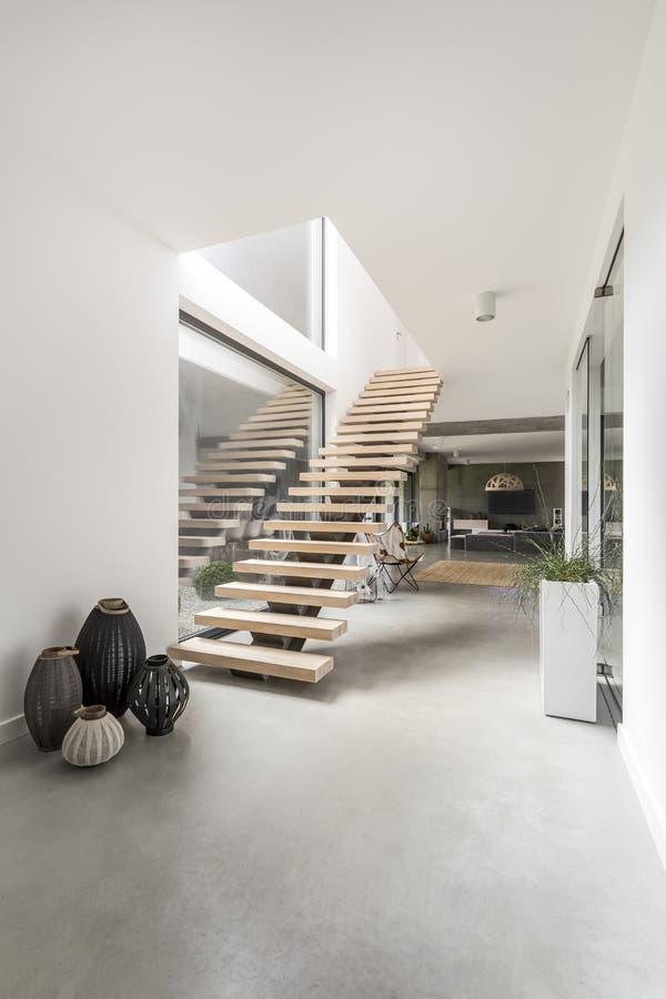 在一栋最低纲领派别墅的楼梯 库存照片