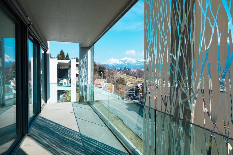 在一栋现代公寓的阳台角落,空和现代 库存图片