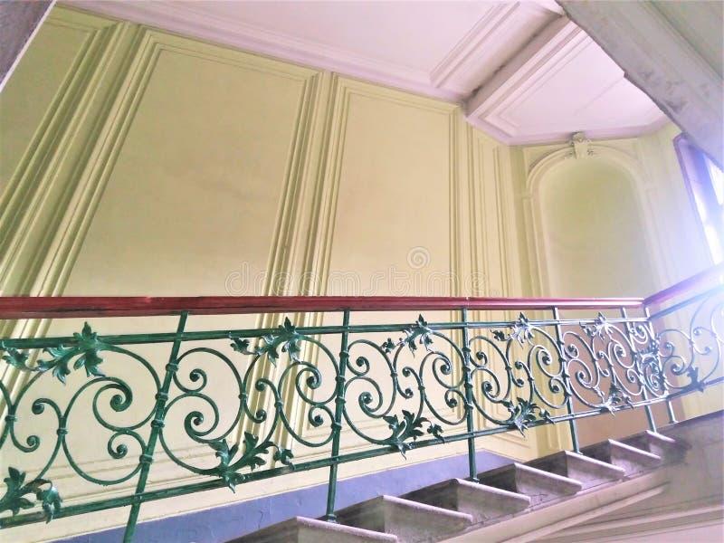 在一栋老居民住房的楼梯间的伪造的内部楼梯在修理以后的圣彼德堡 细节和设计 免版税库存照片
