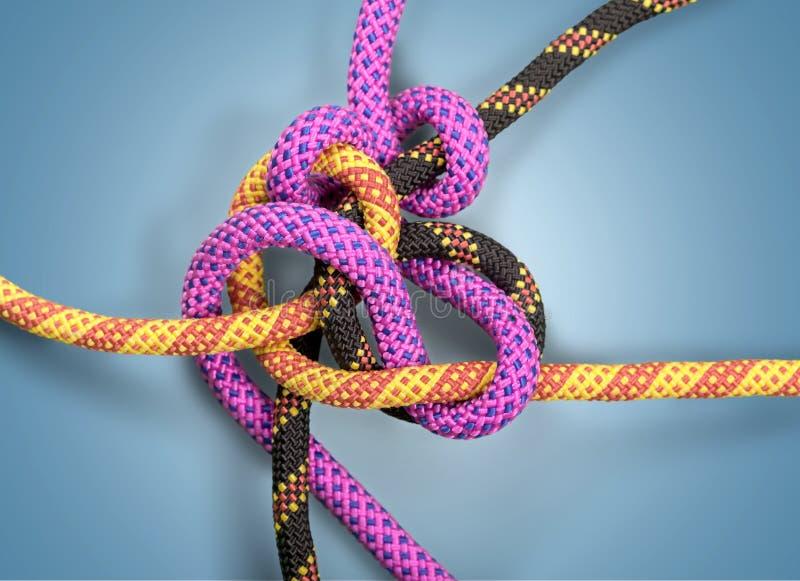 在一根五颜六色的绳子的结在轻的背景 免版税库存照片