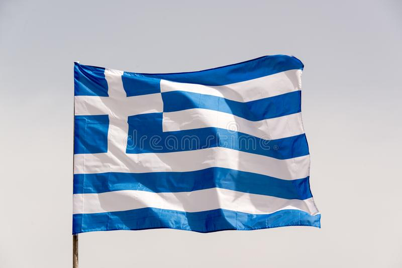 在一根杆的希腊旗子在风 库存照片