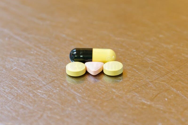 在一桌面的药片,混杂,圆和三角 库存照片