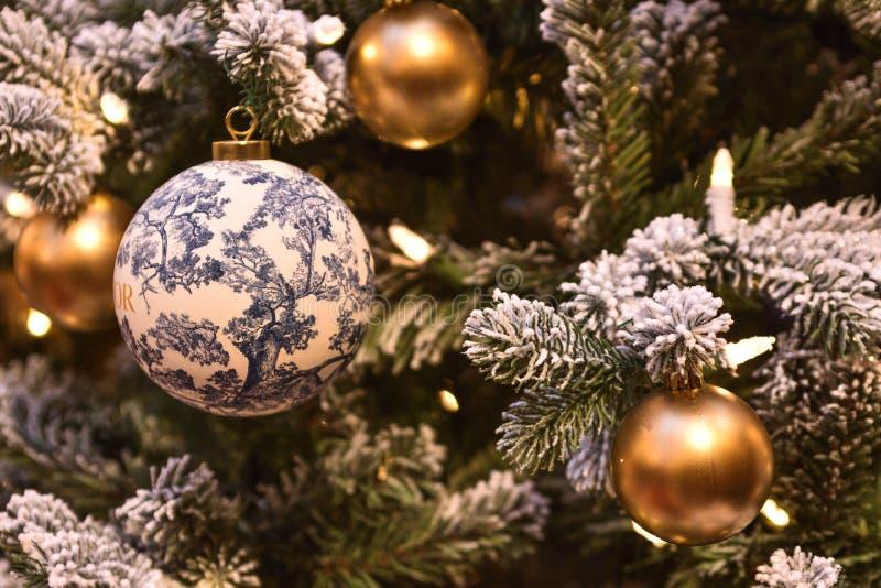 在一棵新年树的装饰的球 皇族释放例证