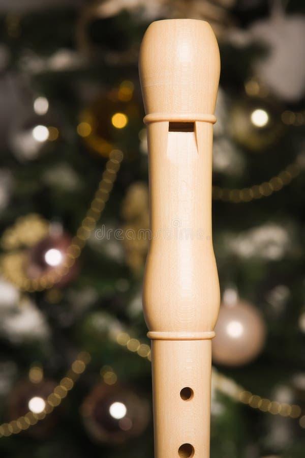在一棵新年树附近的白色记录器 免版税图库摄影