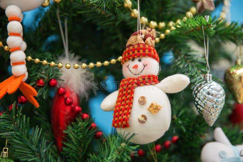 在一棵欢乐圣诞树的雪人 免版税库存图片