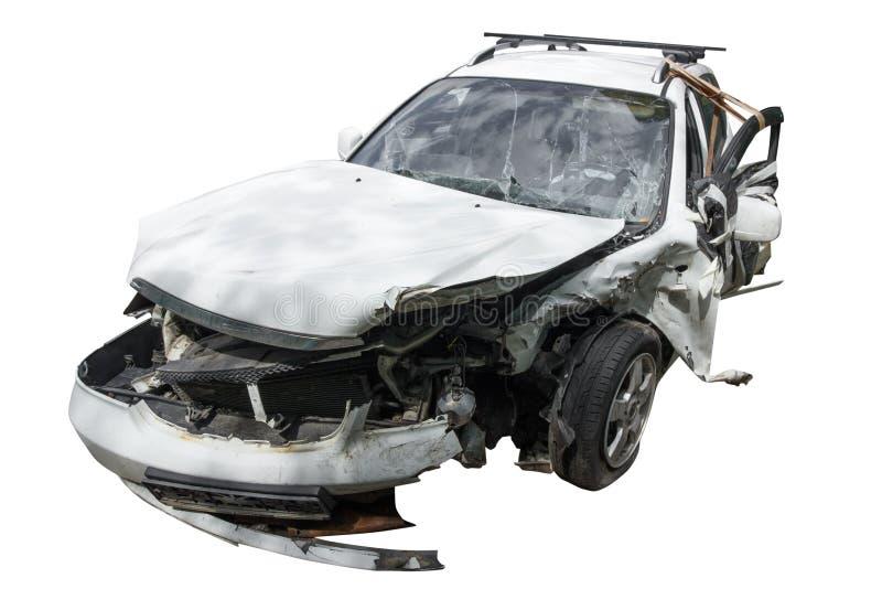 在一次严重的事故以后的一辆完全地被击毁的汽车,在一白色backgound隔绝的被破坏的汽车 库存图片