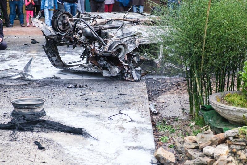在一次事故以后的被烧的汽车在路 特写镜头汽车,侧视图 免版税库存图片