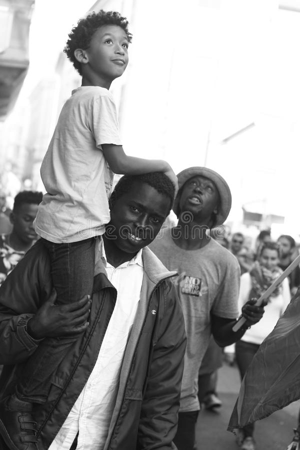 在一次反法西斯游行期间的非洲家庭 免版税库存照片