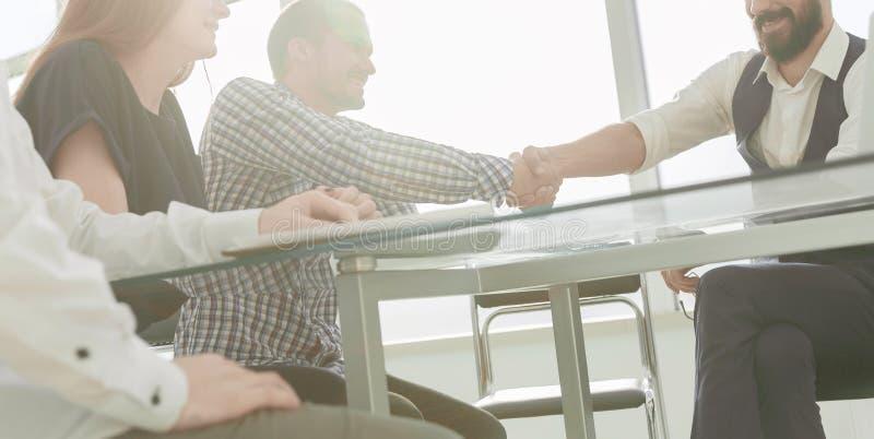 在一次工作会期间,商务伙伴握手 免版税库存图片