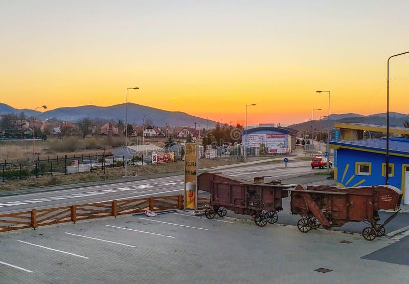 在一次旅行期间的五颜六色的日落到在克日万山的脚的高Tatras 免版税库存图片
