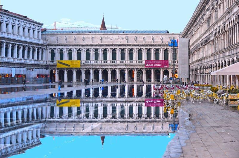 在一次洪水期间的威尼斯,意大利空的圣马克的广场与历史大厦的美好的水反射在湿f的 库存照片