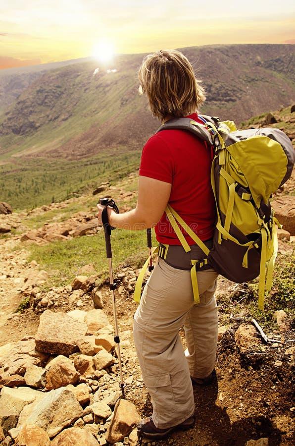 在一次远足的旅行期间,妇女休假 免版税库存图片
