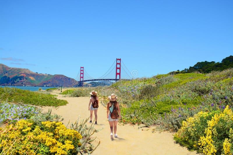 在一次远足的旅行的家庭享受美好的沿海风景的 免版税库存照片