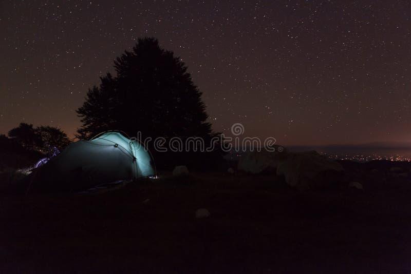 在一次野营期间的繁星之夜 库存照片