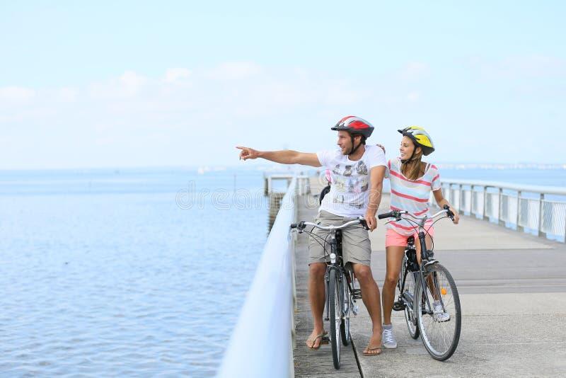 在一次骑自行车的旅途上的观光的家庭 库存图片