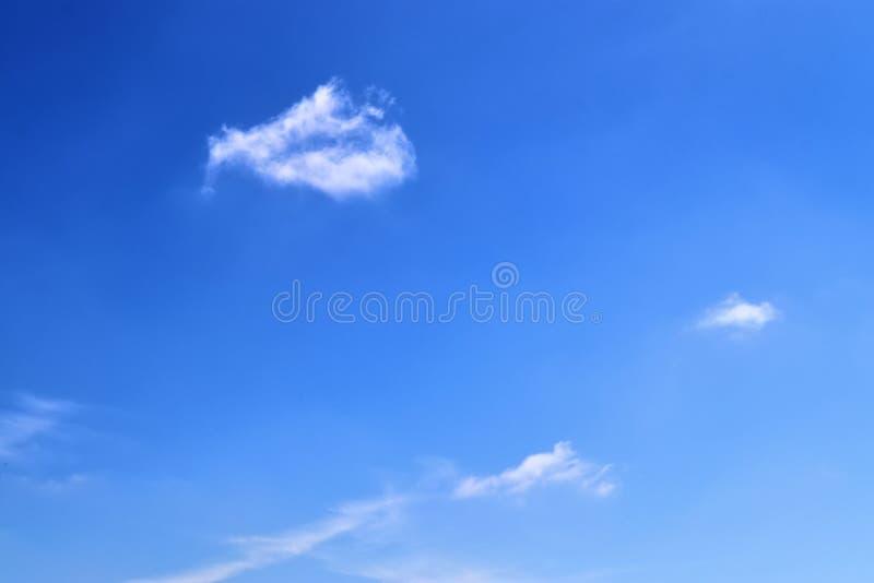 在一深天空蔚蓝的美丽的蓬松白色云彩在一个夏日 库存图片