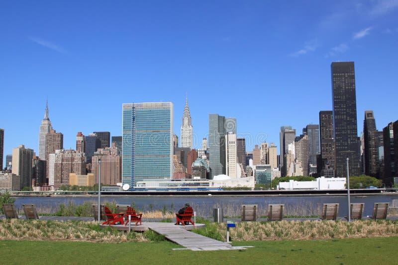 在一清楚的蓝色日的曼哈顿中城地平线 库存照片