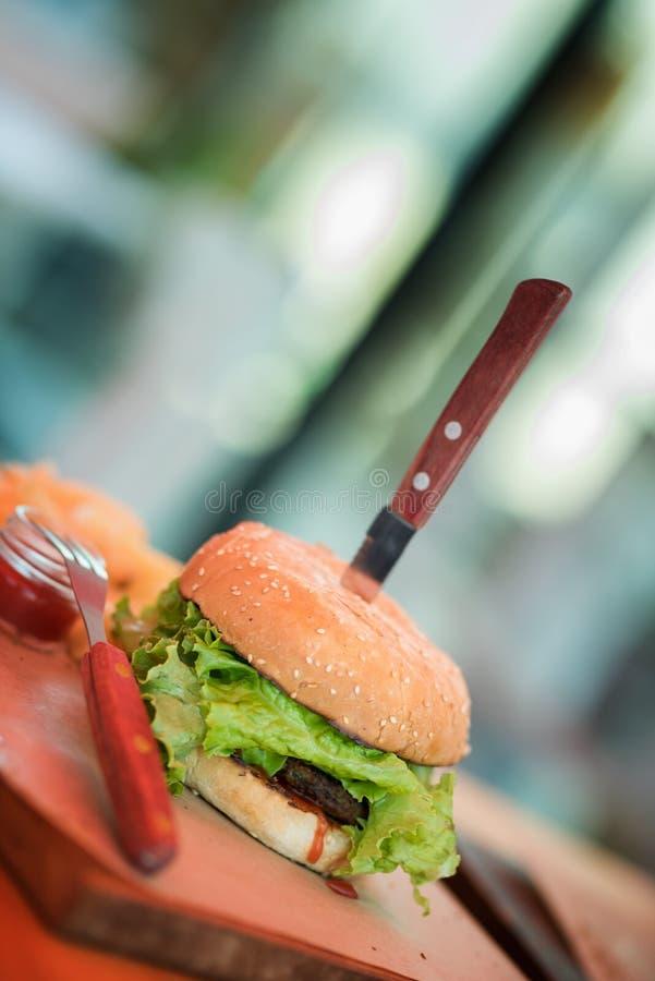在一点木切板的新鲜的自创汉堡在黑暗的背景 库存照片