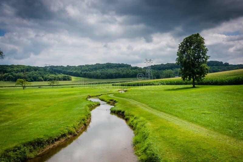 在一片农田的小小河在农村卡洛尔县,马里兰 图库摄影