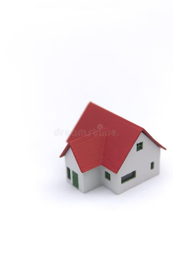 在一白色背景影像隔绝的一个红色瓦片房子 图库摄影