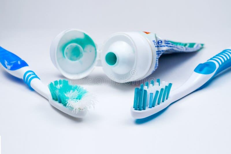 在一白色backg隔绝的使用的老和新的牙刷的图象 库存照片
