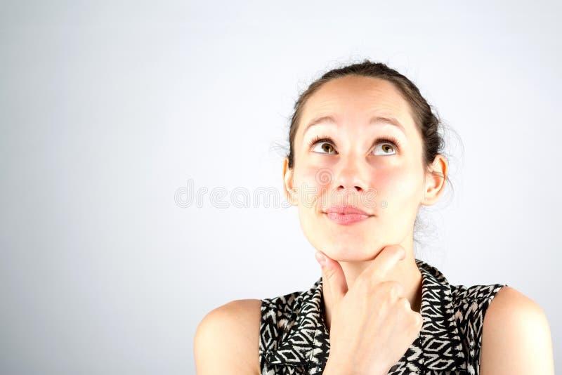 在一白色backg隔绝的一美好的妇女cogitate的画象 免版税库存图片