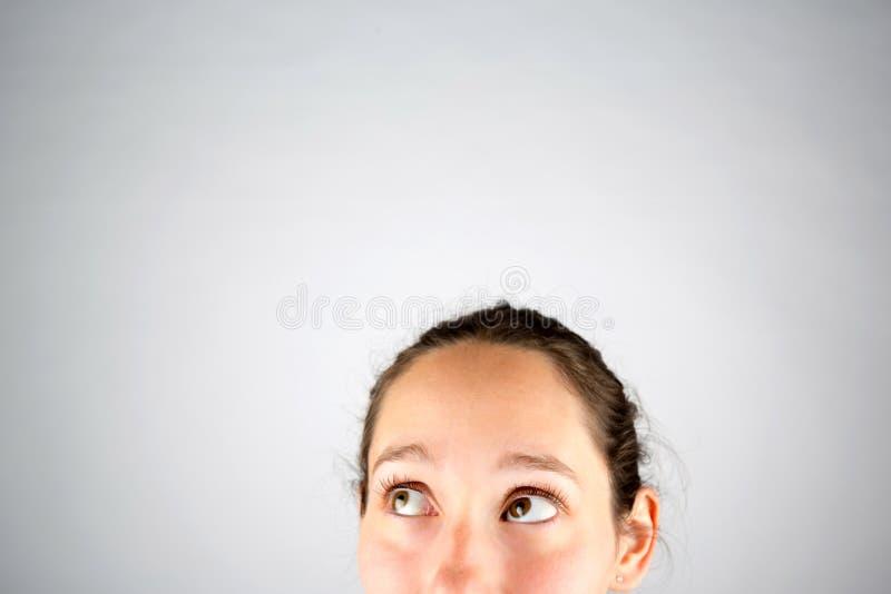 在一白色backg隔绝的一美好的妇女cogitate的画象 库存照片