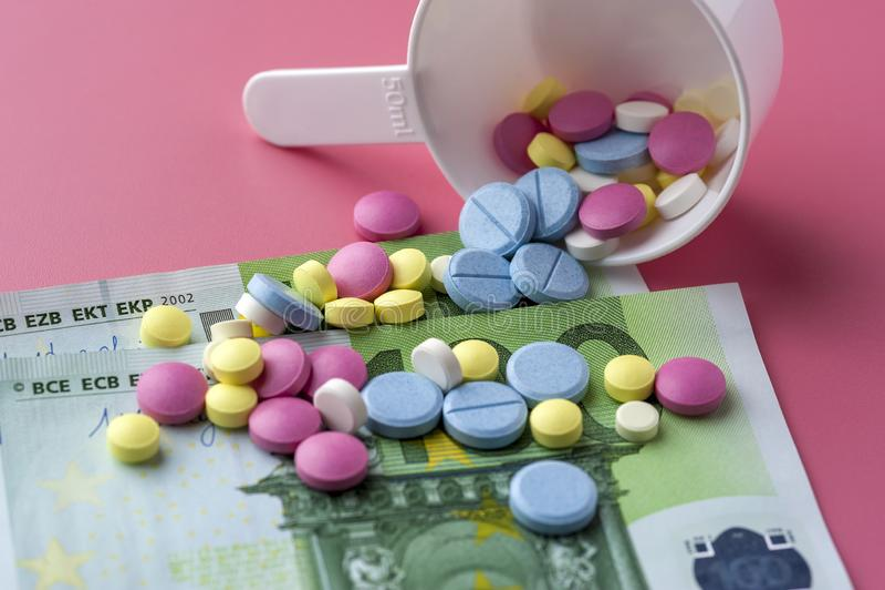 在一百张欧元票据的不同的多彩多姿的药片 免版税库存图片