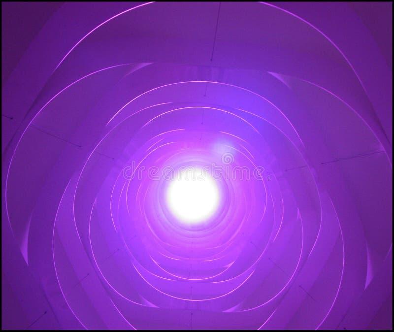 在一盏暂停的灯的紫色光 免版税库存照片