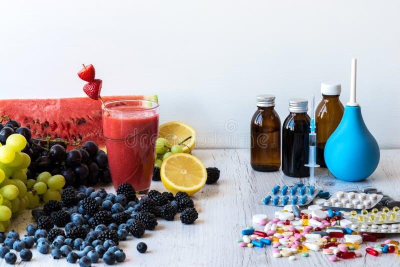 在一种健康生活方式之间的选择和疗程莓果或者药片 免版税库存照片