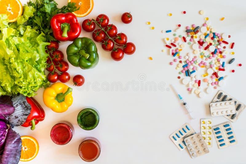在一种健康生活方式之间的选择和疗程菜或者药片 免版税图库摄影