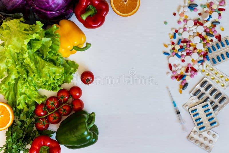 在一种健康生活方式之间的选择和疗程菜或者药片 库存图片
