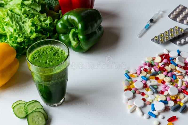 在一种健康生活方式之间的选择和疗程菜或者药片 免版税库存照片