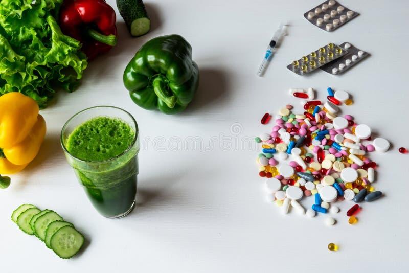 在一种健康生活方式之间的选择和疗程菜或者药片 图库摄影
