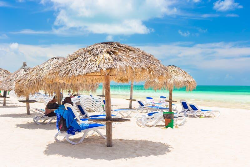在一种手段的盖的伞在椰树钥匙海滩在古巴 库存图片