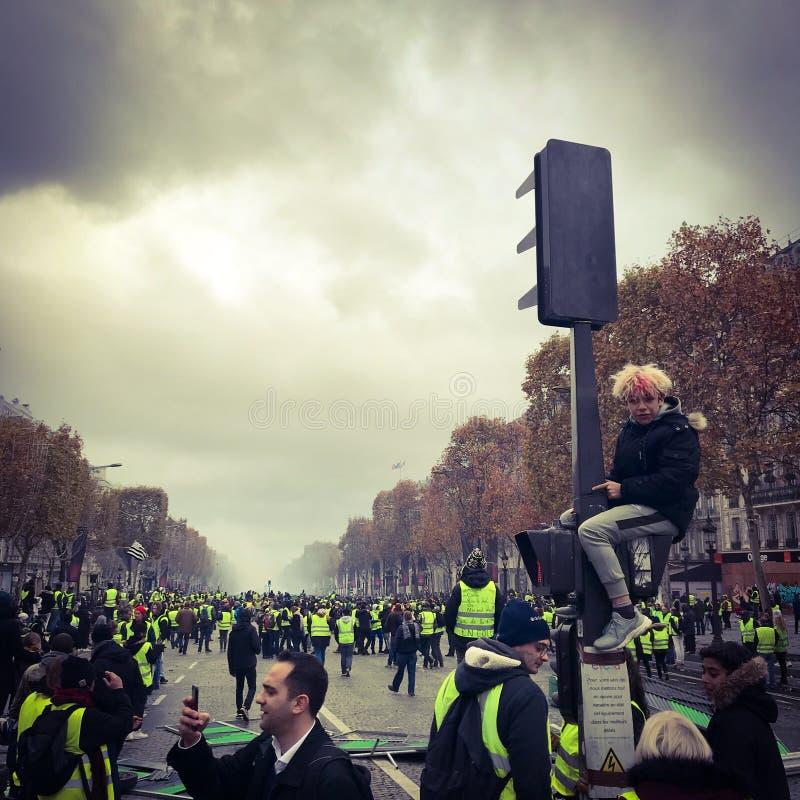 在一种抗议期间的示威者在黄色背心 库存照片