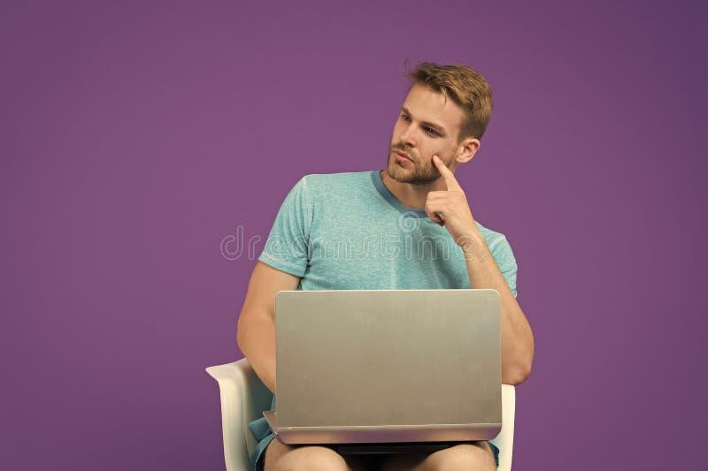 在一种接触的全世界 膝上型计算机的人冲浪的互联网 在网上工作的人 采取好处网络购物 ?? 免版税库存图片