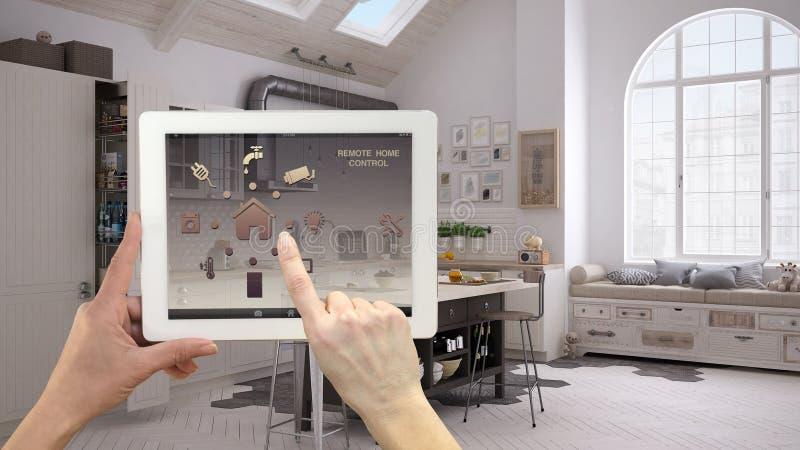 在一种数字式片剂的聪明的遥远的家庭控制系统 有app象的设备 斯堪的纳维亚样式的当代厨房在bac中 免版税库存图片