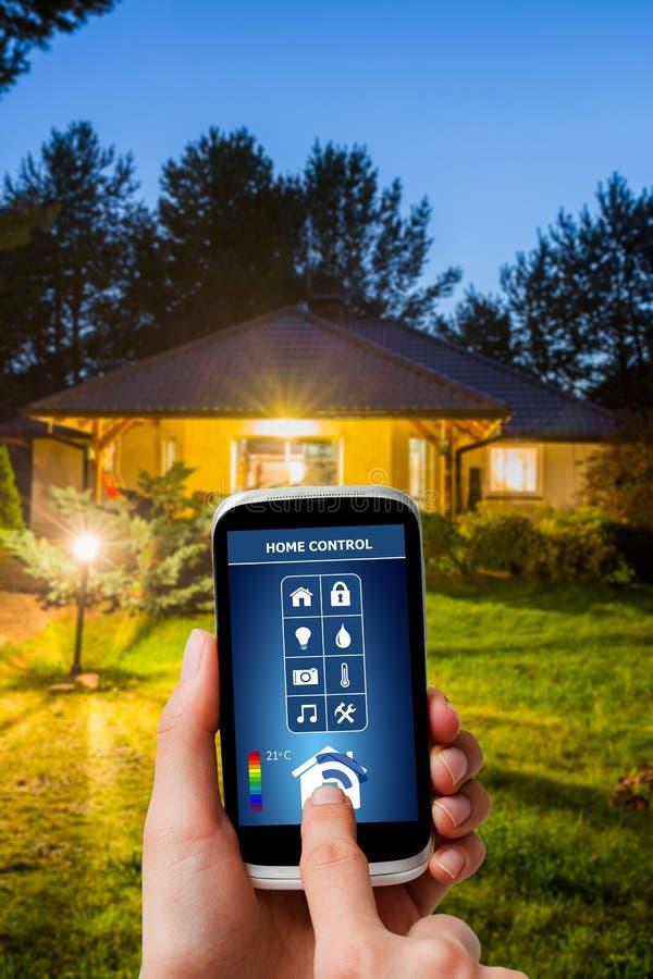 在一种数字式片剂的遥远的家庭控制系统 图库摄影