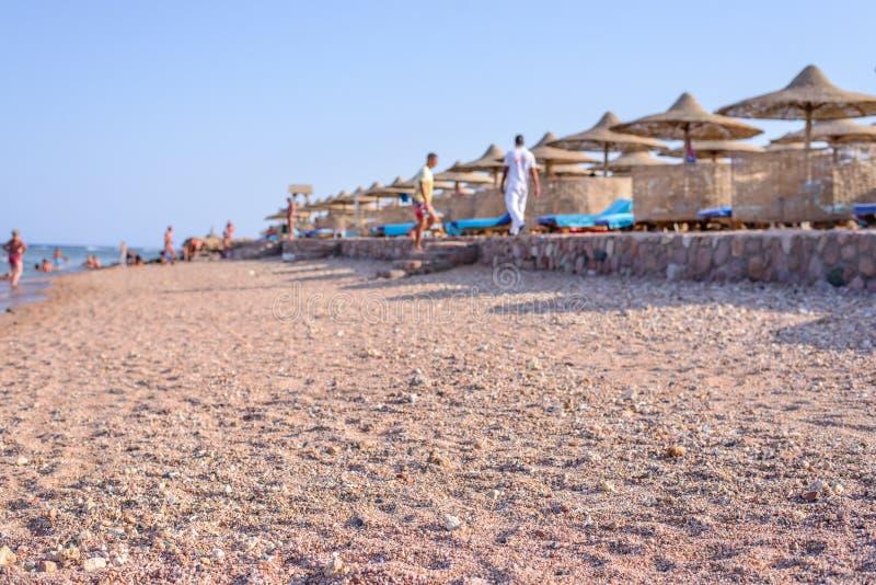 在一种热带手段的旅游海滩 库存图片