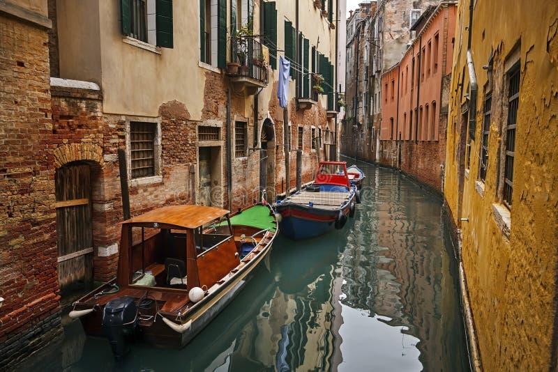 在一种狭窄的渠道的两条小船在威尼斯 库存照片