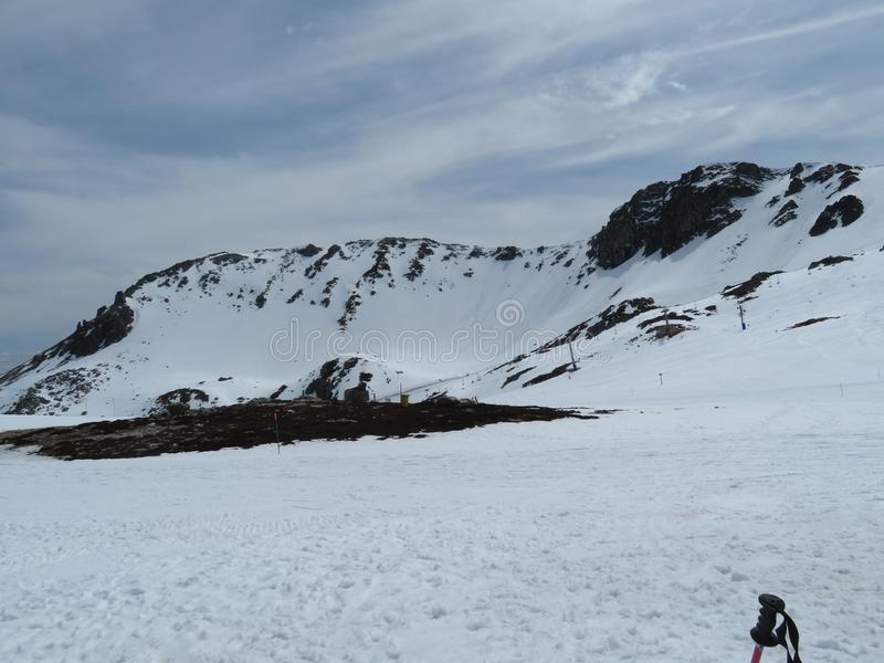 在一种难以置信的颜色的山的美丽雪和非常冷 库存图片