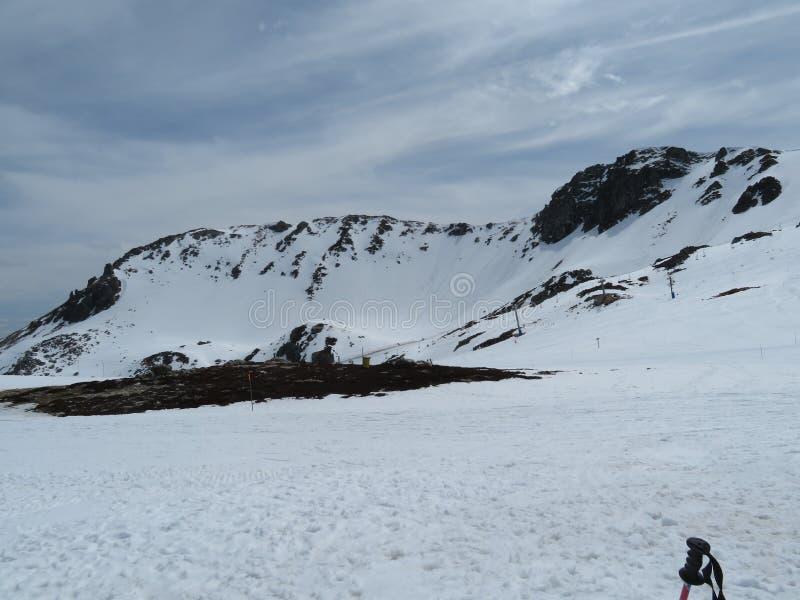 在一种难以置信的颜色的山的美丽雪和非常冷 免版税库存照片