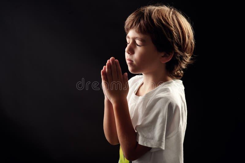 在一精神平安时候祈祷的小孩 库存图片