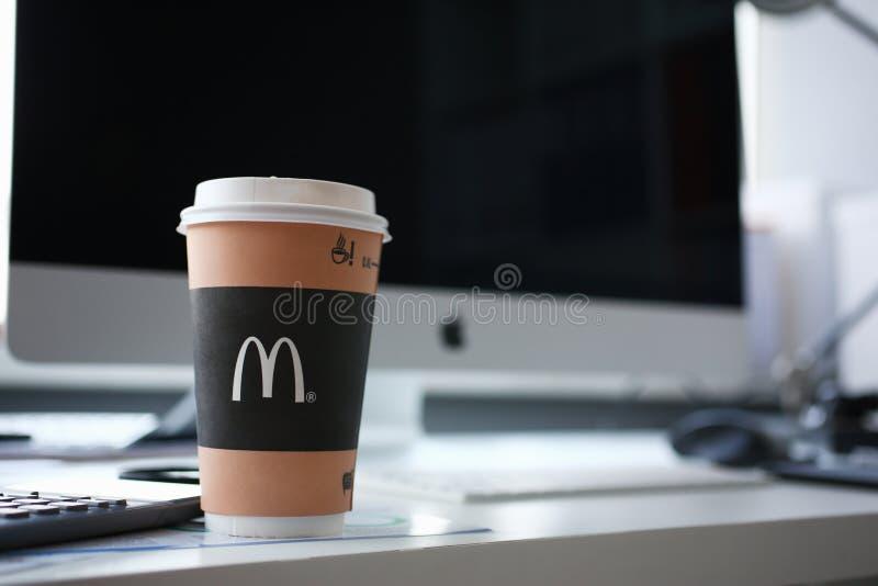 在一纸杯的咖啡McDonalds 免版税库存图片