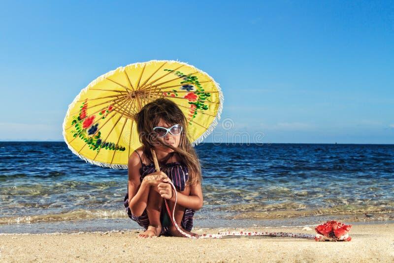 在一美好的天的小女孩在海滩 免版税库存图片